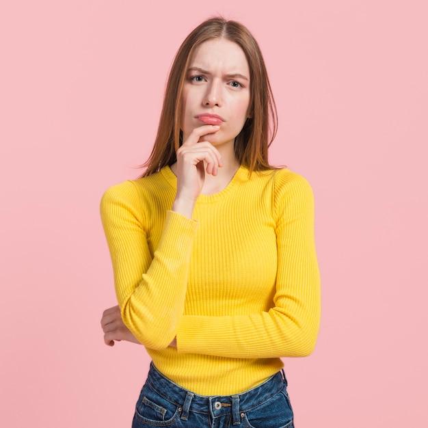 Menina, pensando Foto gratuita