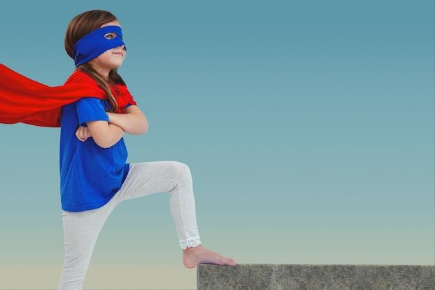 Menina pensativa com máscara e capa Foto gratuita