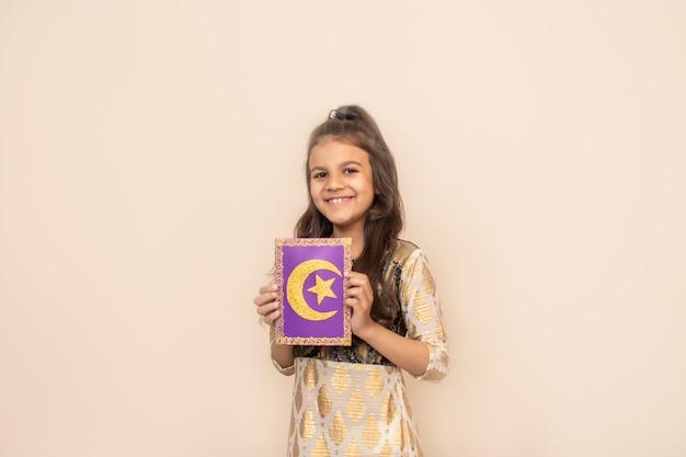 Menina pequena que veste o vestido paquistanês tradicional e que comemora ramadan kareem. Foto Premium