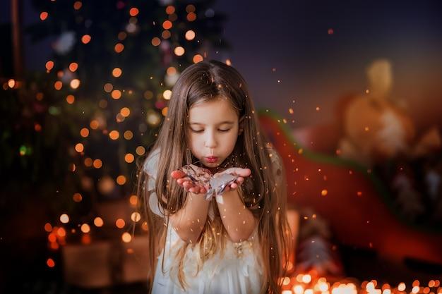 Menina perto da árvore de natal sorrindo Foto Premium