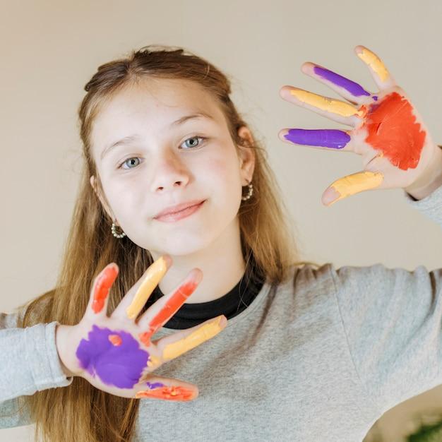 Menina, pintado, mãos Foto gratuita