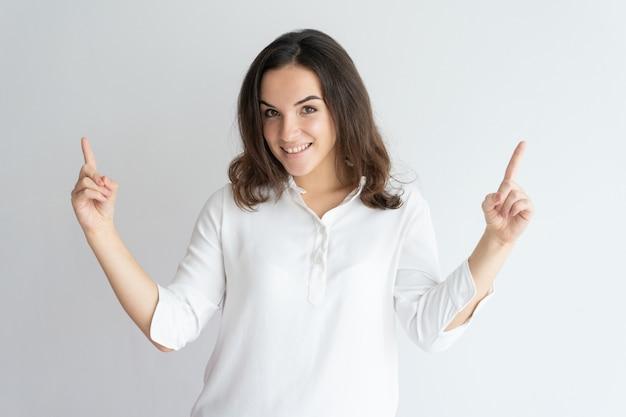Menina positiva alegre que apresenta a informação acima. Foto gratuita