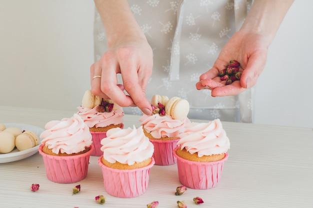 Menina prepara cupcakes Foto Premium