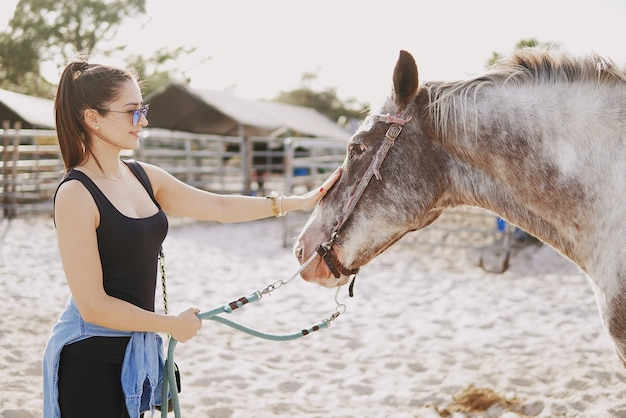 Menina, preparar, passeio, cavalo Foto gratuita