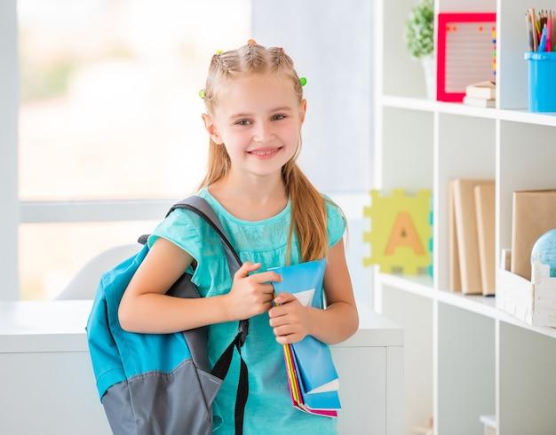 Menina pronta para ir à escola Foto Premium