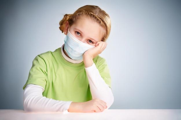 Menina protegida para impedir que o vírus Foto gratuita