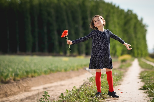 Menina que anda no campo da natureza que desgasta o vestido bonito Foto gratuita