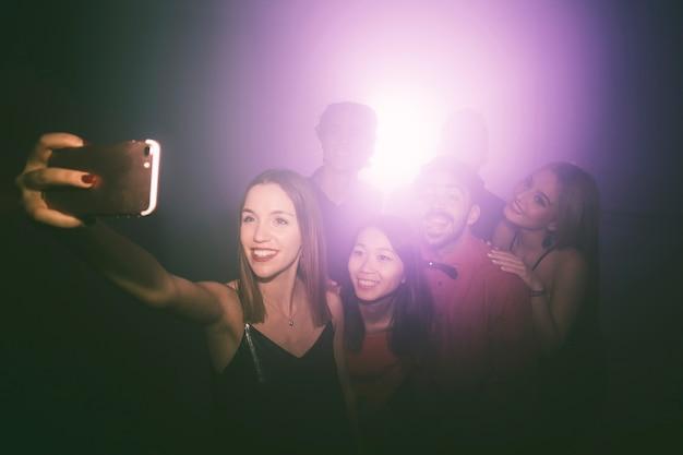Menina que toma selfie em disco Foto gratuita