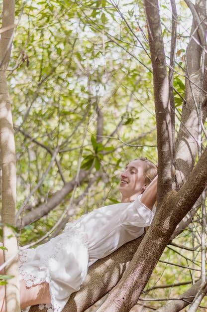 menina relaxada ao ar livre Foto gratuita