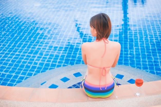 Menina, relaxante, em, a, pool., asiático, jovem, femininas, pessoa, desfrutando, em, piscina, spa Foto Premium