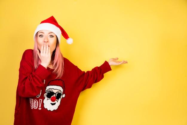 Menina secreta com roupa de papai noel vermelho Foto gratuita