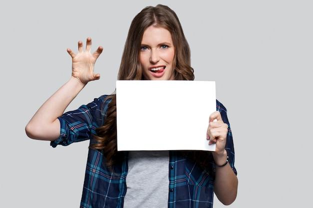Menina segurando cartaz branco Foto gratuita
