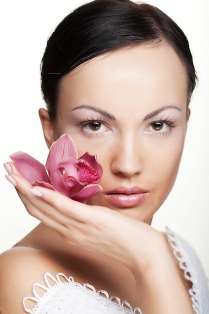 Menina, segurando, flor orquídea Foto Premium