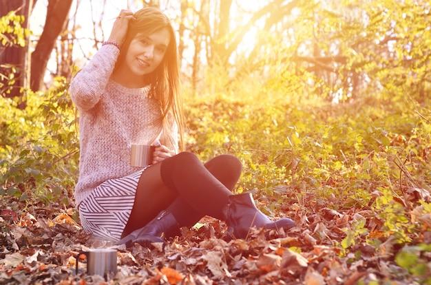 Menina, segurando, um, xícara café Foto Premium