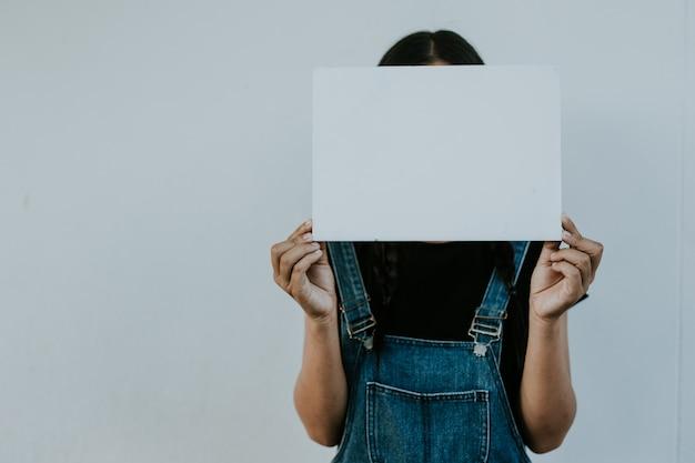 Menina, segurando, vazio, papel, um, sério, jovem, mulher asian, ficar Foto Premium
