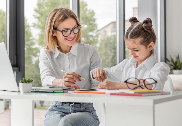 Menina sendo educada em casa enquanto em quarentena Foto gratuita