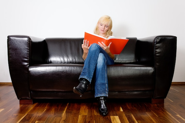 Menina sentada e lendo Foto Premium