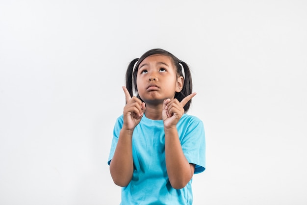 Menina sente raiva em estúdio tiro Foto gratuita