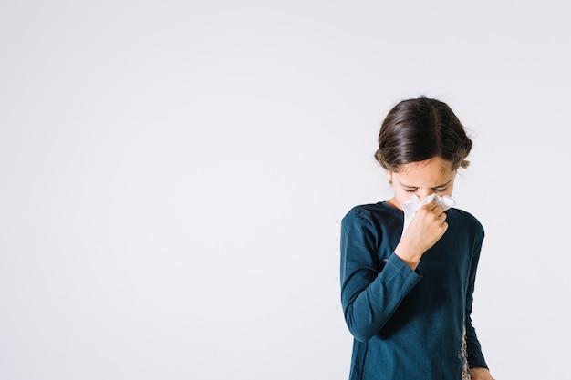 Menina, soprando nariz Foto Premium