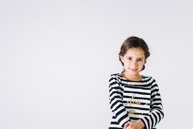 Menina sorridente, com, erupção, e, caderno Foto gratuita