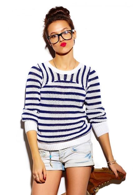 Menina sorridente com lábios vermelhos e óculos Foto gratuita