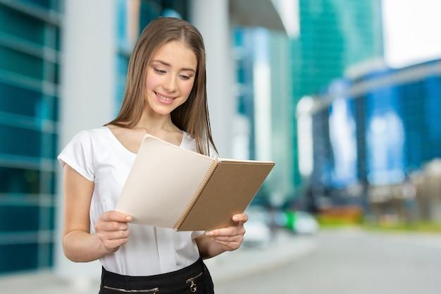 Menina sorridente, com, livros Foto Premium