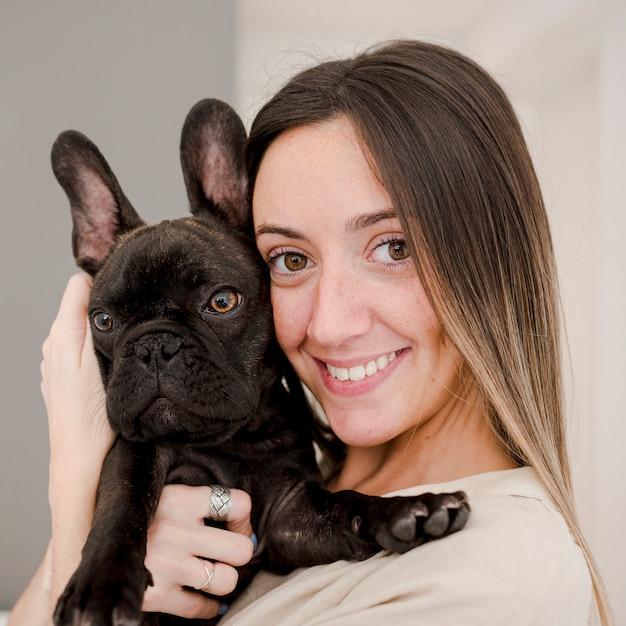 Menina sorridente de close-up e seu cachorrinho Foto gratuita
