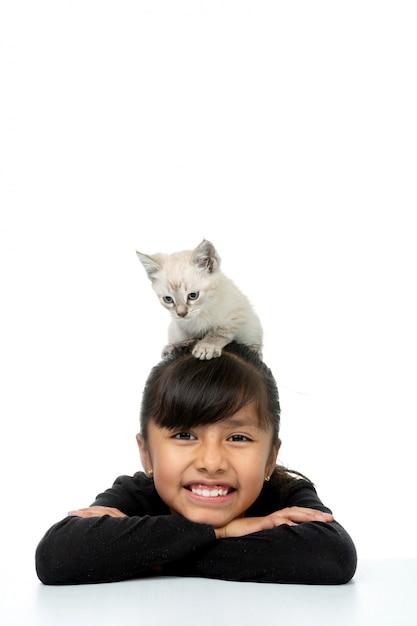 Menina sorrindo com gatinho branco vertical Foto Premium