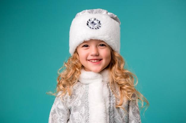 Menina sorrindo em traje de donzela de neve Foto Premium