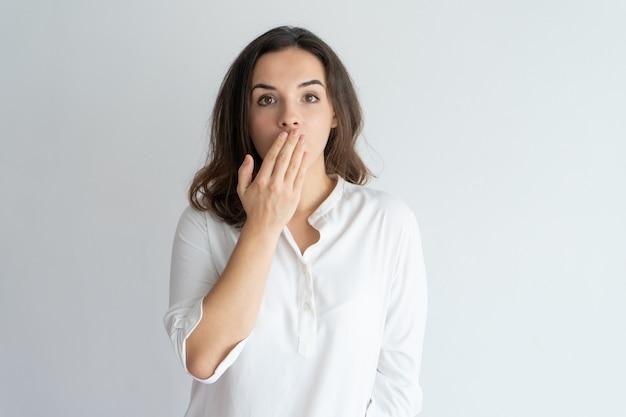 Menina surpreendida e chocada que aprende a notícia ou a fofoca. Foto gratuita