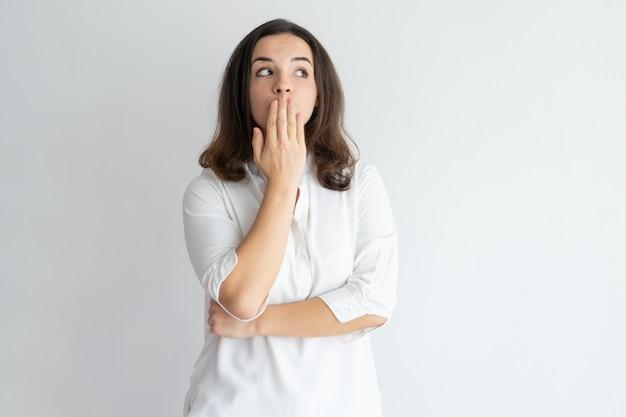 Menina surpreendida espantada que aprende o segredo e que mantém o silêncio. Foto gratuita