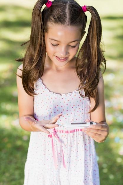 Menina testando diabetes no medidor de glicose Foto Premium
