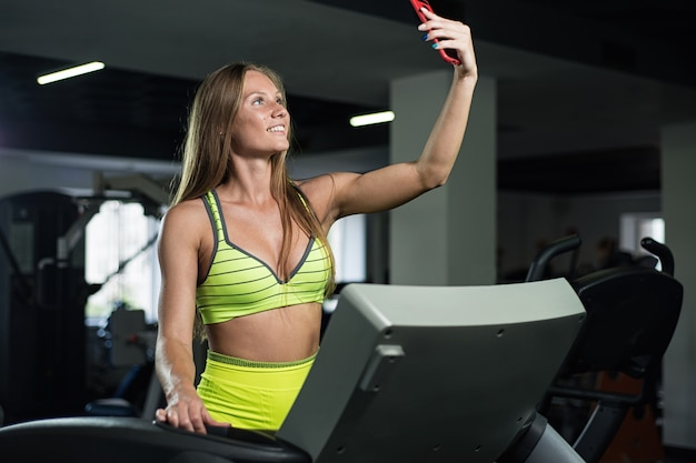 Menina tira uma selfie no ginásio Foto Premium