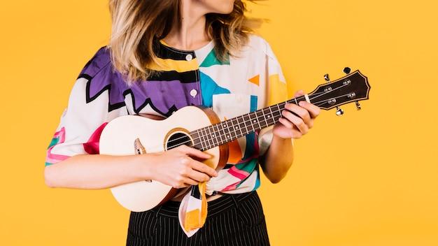 Menina, tocando, a, ukelele Foto gratuita