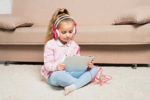 Menina, tocando, com, tabuleta Foto gratuita