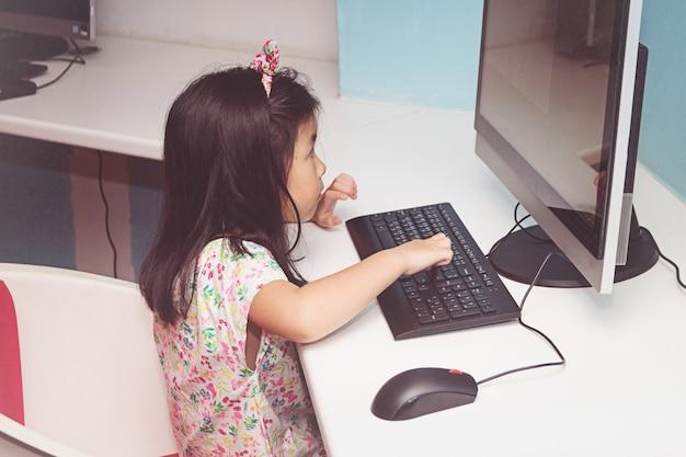 Menina, tocando, com, um, computador Foto Premium