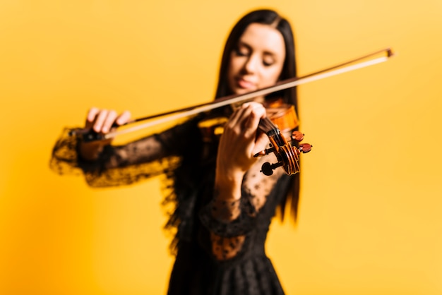 Menina, tocando violino Foto gratuita