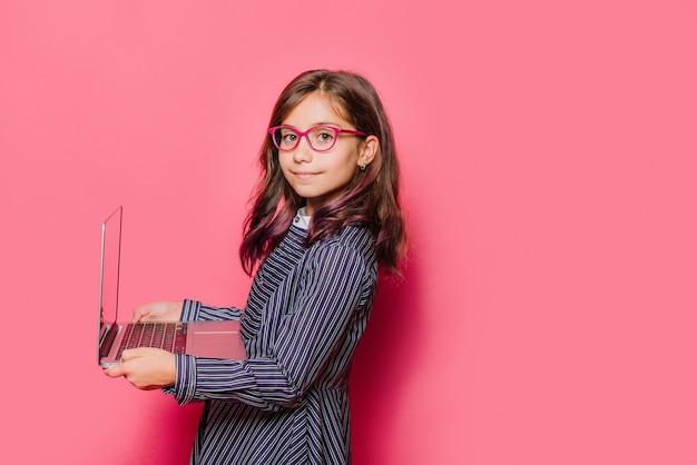 Menina, usando computador portátil Foto gratuita