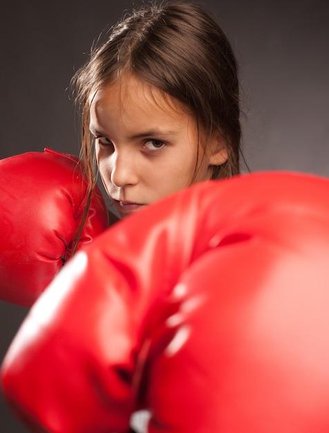 Menina usando luvas de boxe vermelhas Foto Premium