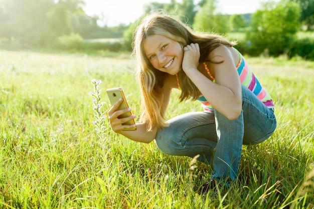 Menina, usando, smartphone, fotografar, flor Foto Premium