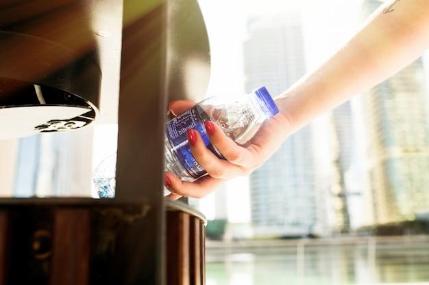 Menina, vermelho, pregos, pôr, garrafa, água, scrapheap Foto gratuita