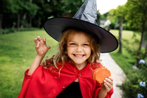 Menina vestida de bruxa Foto Premium