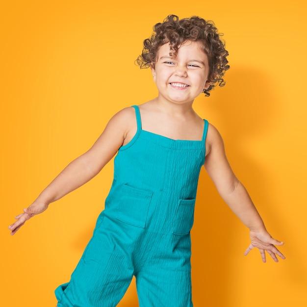Menina vestindo macacão azul-petróleo sem mangas Foto gratuita