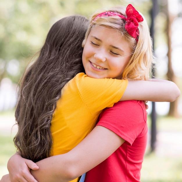 Meninas abraçando no dia das crianças Foto gratuita
