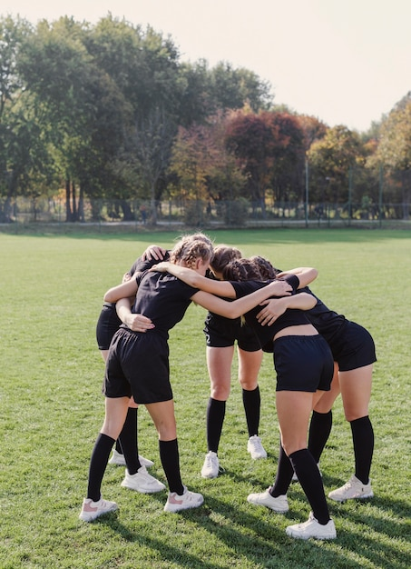 Meninas atléticas, reunindo-se em um círculo Foto gratuita