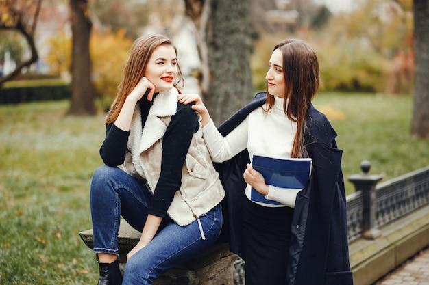 Meninas bonitas em uma cidade Foto gratuita