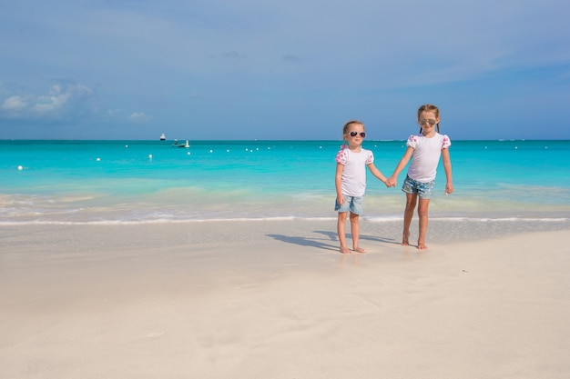 Meninas bonitos aproveitam suas férias de verão na praia Foto Premium