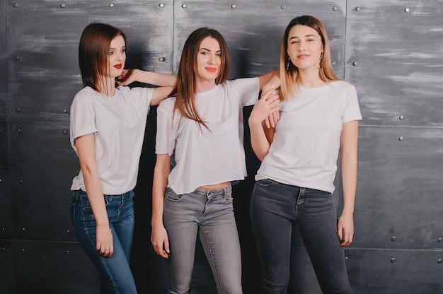 Meninas bonitos oin um estúdio Foto gratuita