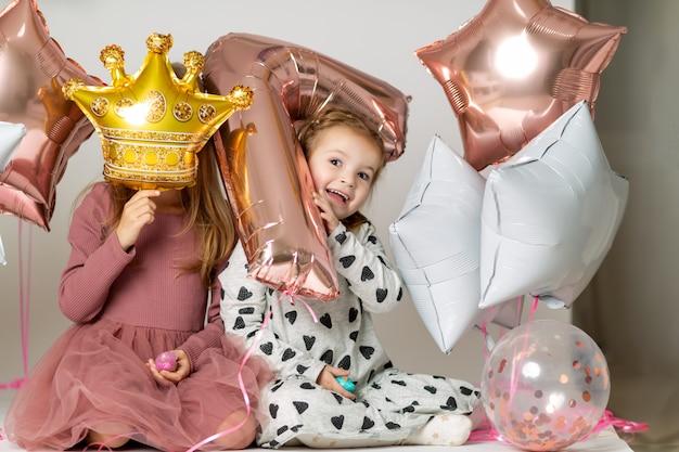 Meninas brincam com balões Foto Premium