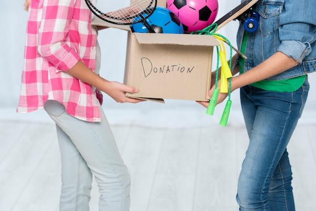 Meninas com caixa de doação Foto gratuita
